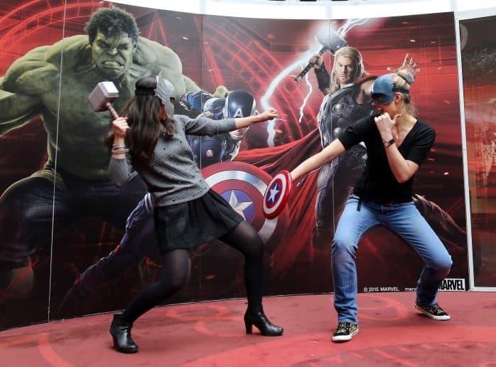 deux femmes se battent déguisées en Thor et Captain America