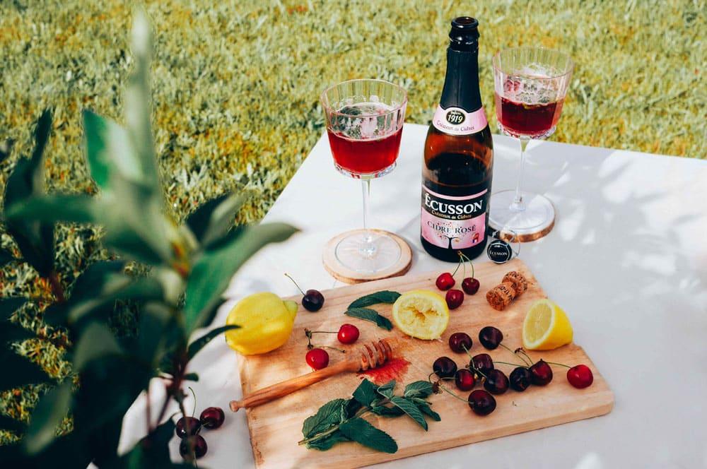 pic-nique avec bouteille de cidre rosé ecusson
