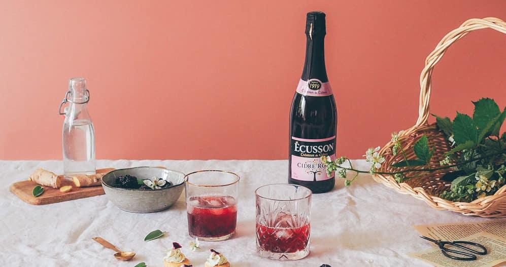 Table avec bouteille de cidre rosé ecusson