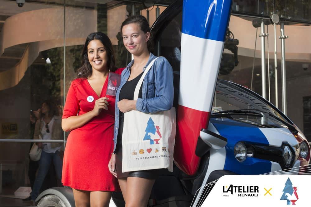 deux femmes se tiennent devant une voiture Renault