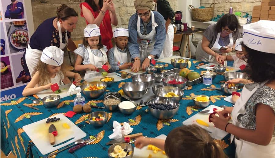 Des enfants suivent un cours de cuisine avec Beko pour une journée 100% healthy