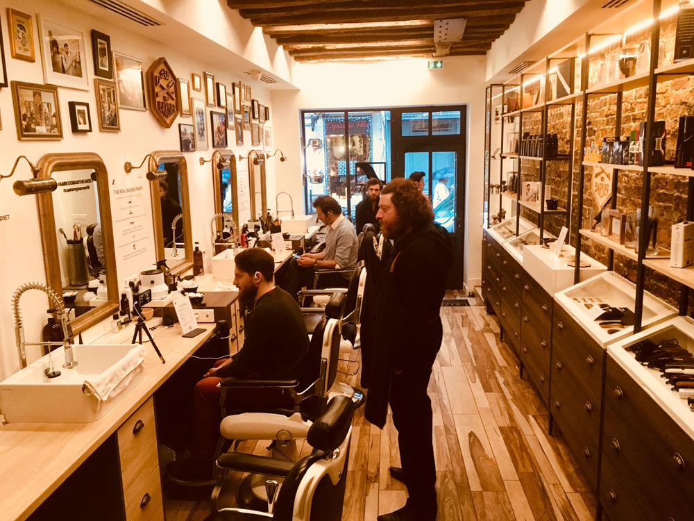 des clients font l'experience barber shop connecté de Sennheiser