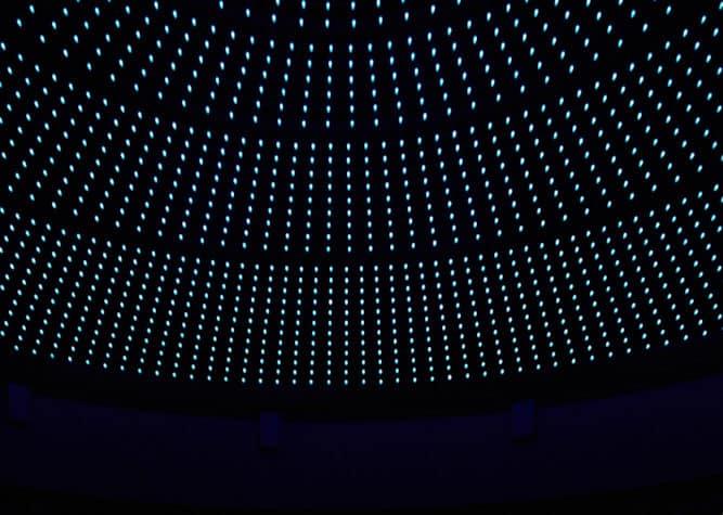 leds bleues sur plafond noir
