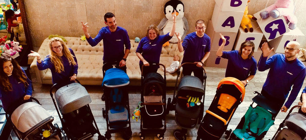 Les employés Babies'r'us poussent des poussettes