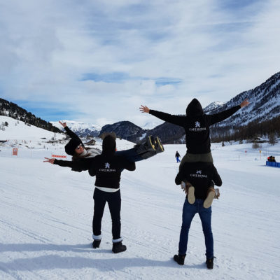 des membres de café royal en vacances à la neige