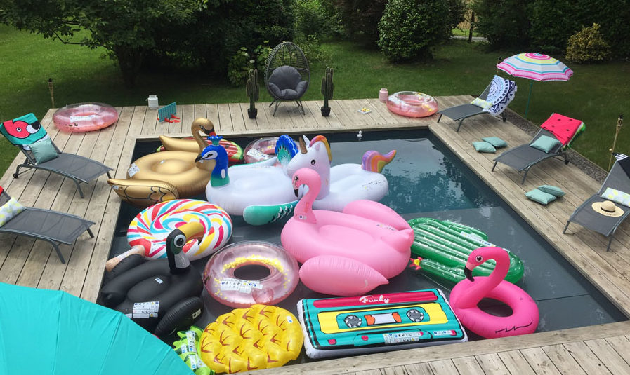 Une piscine est remplie de produits gonflables Gifi