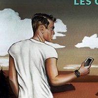 Homme tenant un téléphone portable à la main