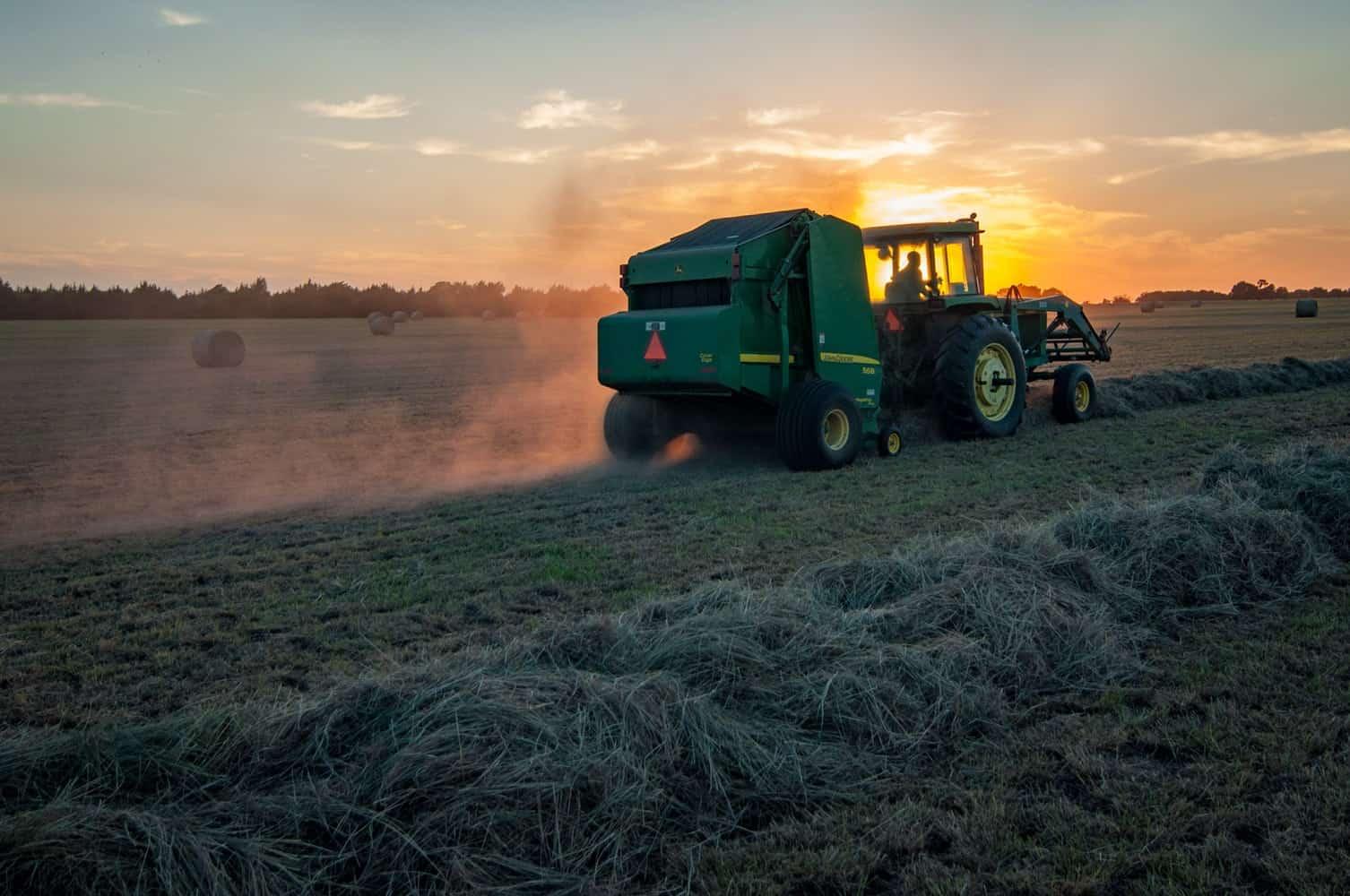 Tracteur et soleil couchant dans un champ