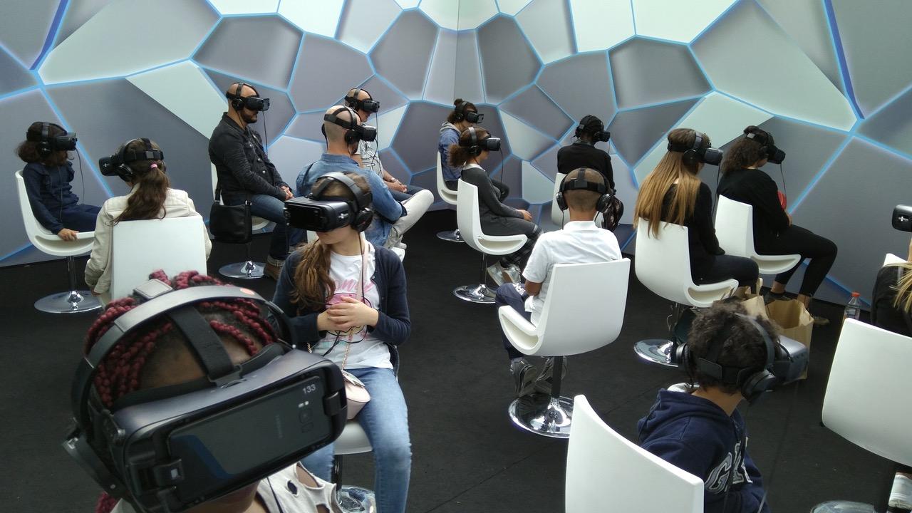 Personnes qui experimentent la VR ou réalité virtuelle pour l'événement VR Cinema Club de Klepierre