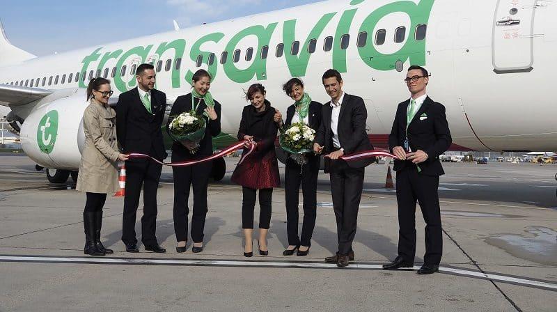 Coupé de ruban devant un avion de la compagnie Transavia